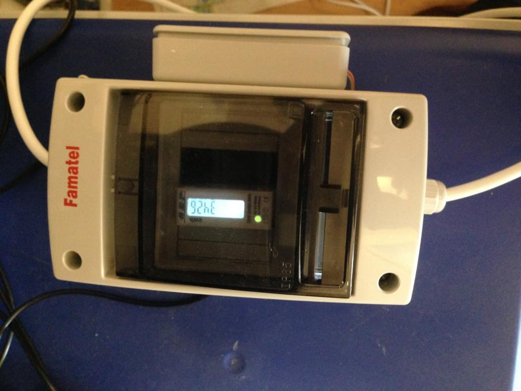 Figuur 0.4 kWh meter met pulsuitgang, aangesloten op een ESP8266 12E in de kleine behuizing aan de voorzijde